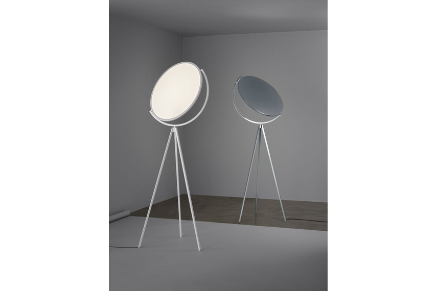 Ideal as ambient light or reading lamp, its light emission is adjustable in intensity and temperature.