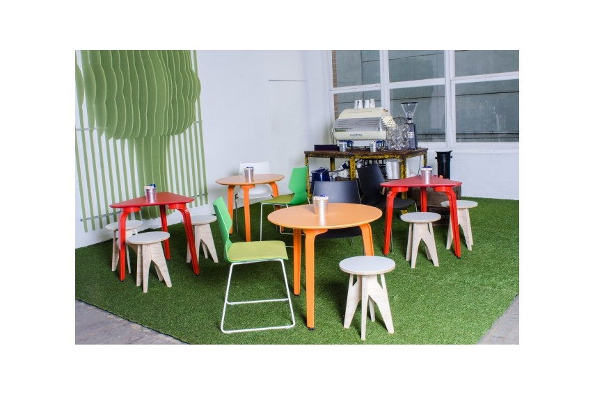 Create an inspiring break out area with MOMENT meeting tables in bright colours