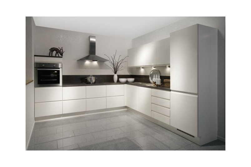 The Pura kitchen – white high gloss lacquered kitchen, with incorporated lacquered handles